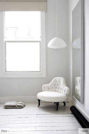鏡は光を取り込んでくれるので、部屋がぱっと明るくなります