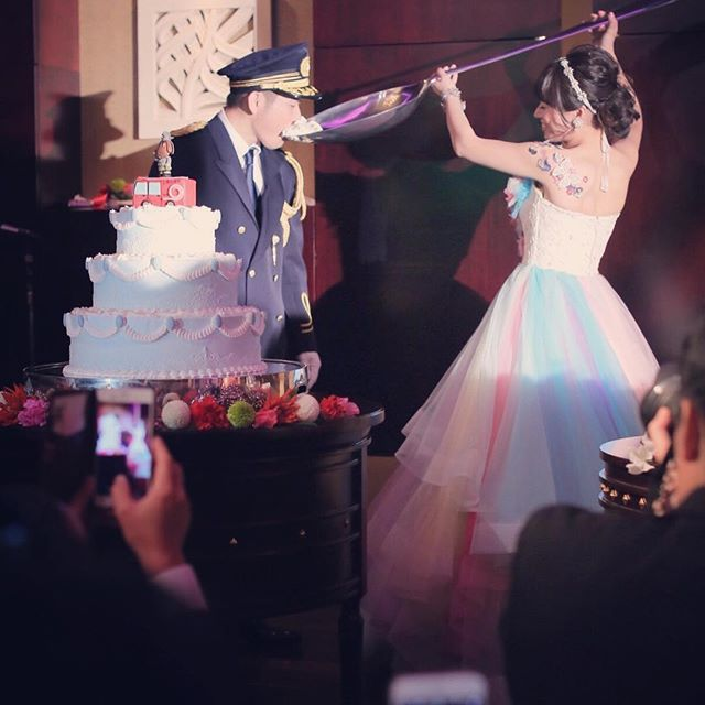 #目黒雅叙園 . . 昨日の続きの最後! . 今年初めての結婚式、目黒雅叙園さん。 . ファーストバイトのスプーンは . もう、、悪魔的にでかいっ! . . #ケーキの上に何か乗ってる件 #ケーキの上に何か乗ってる上にさらに何か乗ってる件 #最強寒波に負けずに岩手から帰宅 . #結婚写真 #花嫁 #プレ花嫁 #卒花 #結婚式 #結婚準備 #ロケーション前撮り #カメラマン #ウェディング #前撮り #結婚式前撮り #写真家 #ブライダル #ゼクシィ #名古屋花嫁 #和装前撮り #ウェディングドレス #ウェディングフォト #結婚式レポ #アサダユウスケ #浅田花嫁会 #日本中のプレ花嫁さんとつながりたい #ウェディングニュース  #weddingphoto #bumpdesign #バンプデザイン