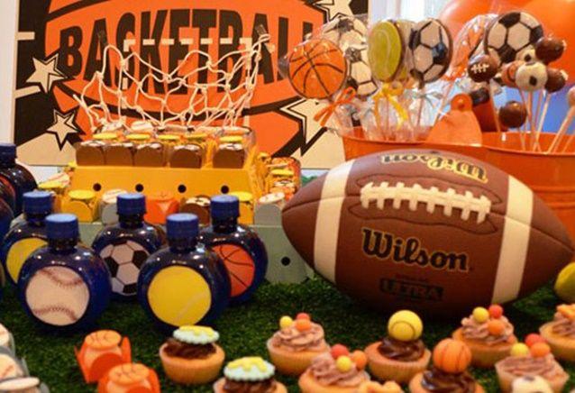 Festa bolas esportivas. A paixão nacional é o futebol, mas dá para criar uma linda festa com a temática de bolas de diferentes esportes. Se o seu filho cur