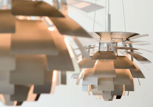 Поль Хеннингсен (1894–1967). Светильник «Артишок», 1958. Лепестки из лакированной нержавеющей стали, полированная хромированная стальная рама, кабель из нержавеющей стали.