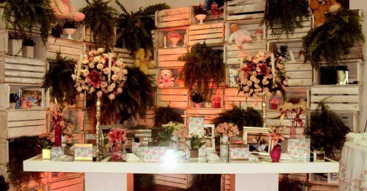 Ursinhos de pelúcia e bonecas misturaram-se a flores, velas e caixotes de madeira pintados na decoração de Luzia Locatelli e Sandra Alves, da Talento Arte e Decoração (http://pt-br.facebook.com/talentoad), para uma festa de 15 anos