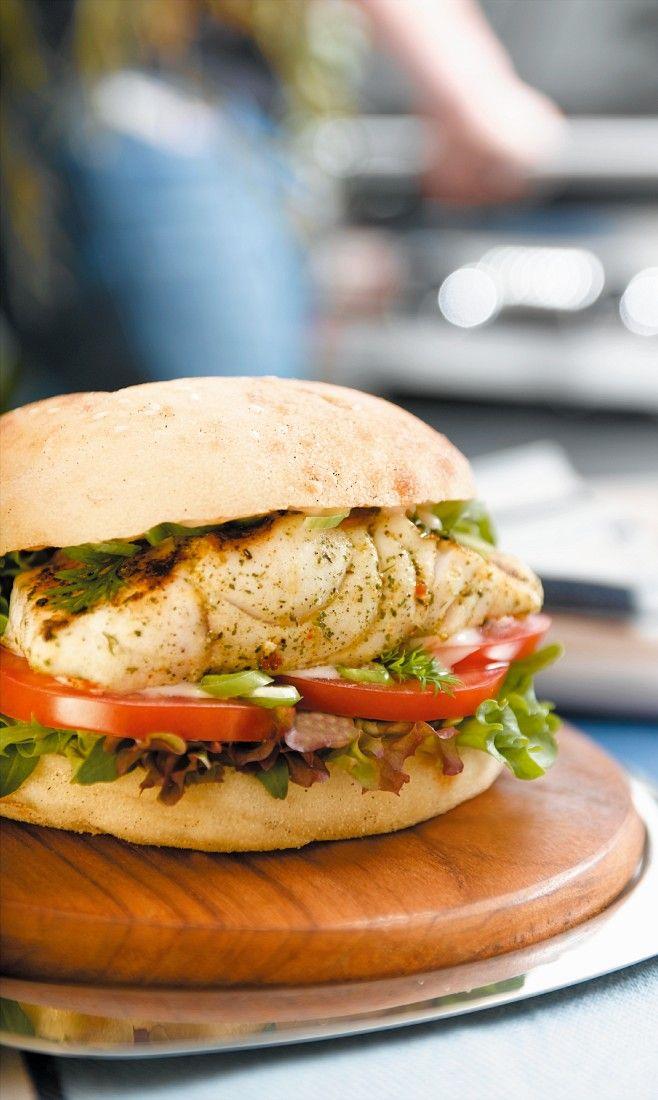 Fisch-Burger mit Rotbarschfilet | Zeit: 25 Min. | http://eatsmarter.de/rezepte/fisch-burger-2