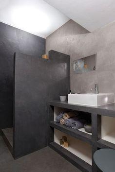 Une douche à l'italienne en deux tons de gris (encore le béton ciré)