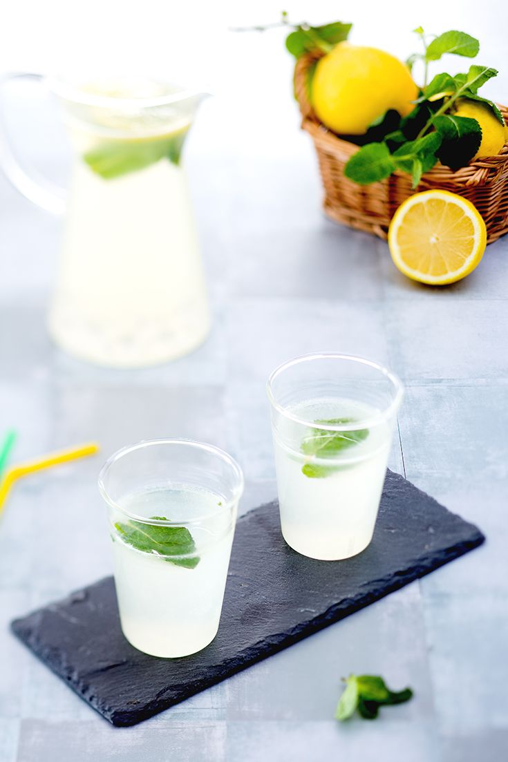 Accogliamo il caldo estivo con una bevanda più dissetante dell'acqua stessa: una super limonata alla menta, per recuperare energia e godersi i brividi rinfrescanti della menta ! Perfetta da proporre ad un assolato garden party o per una festa in piscina! Ricetta Giallo Zafferano
