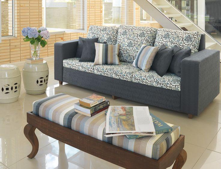 Elegante y acogedor living en Marble, con asiento y respaldo en tono , cojines en y para una decoración perfecta un taburete en