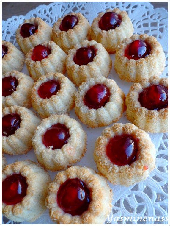 """Salam alyakoum/bonjour, On continue sur les petits gâteaux orientaux réalisés à l'occasion de l'Aid El Adha 2016, aujourd'hui, je partage avec vous une recette de biscuits secs, """"les volcans"""" que l'on peut réaliser comme ici avec de la noix de coco mais..."""
