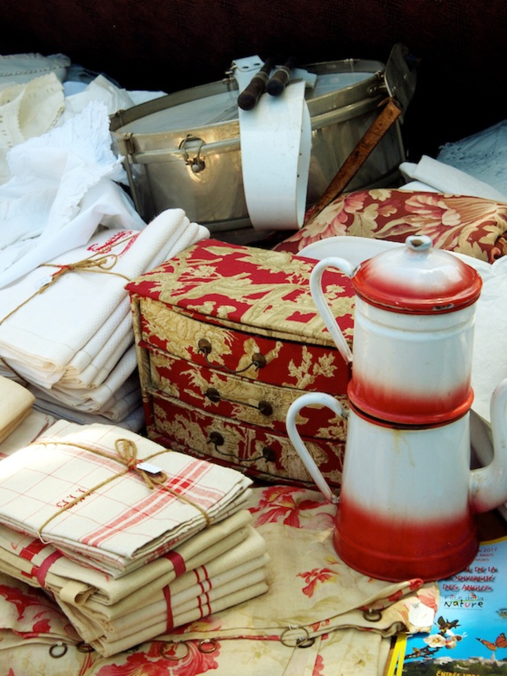 Love the touch of red in my french decor. All these items are perfect for that French Country look...I prefer the more refined look but love the touch of redTouch, Country Toile, French Country, French Red, Vintage Linens, Red French, French Fleas Marketing, Country French Teas, French Style
