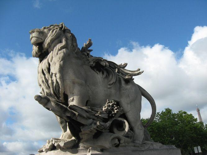 Скульптура на мосту Александра III в Париже
