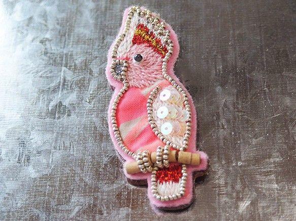 クルマサカオウムのビーズ刺繍ブローチ