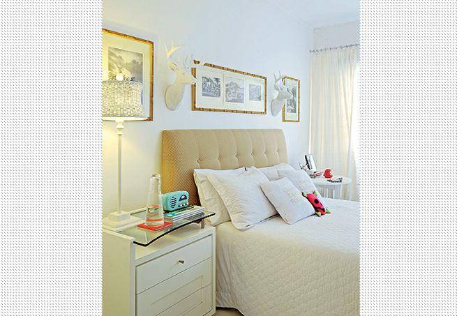 O quarto tem visual suave com a cabeceira executada pelo escritório do arquiteto Marco Antonio Medeiros. Em botonê, a peça usa jacquard em tom camelo. Na parede, gravuras emolduradas, cabeças de alce e abajur com cúpula de fibra completam o ambiente