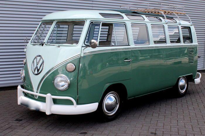 Faire : Volkswagen Type: T1 Samba Moteur: 4 cylindres 1 500 cc de 53 ch Transmission: manuelle Année de production : 1965 Nombre de châssis: 256058735 Relevé du compteur: 76 150 km Cette T1 Samba est livré avec des documents d'enregistrement français. Volkswagen T1 Samba 'Toit ouvrant Deluxe' avec 21 fenêtres livrés à l'origine en France en 1965. La peinture verte, le chrome et intérieur gris sont dans un très bon état restauré. Le modèle le plus luxueux de la T1 dispose d'un toit ouvert…