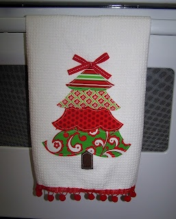 froufroubritches: Applique Christmas Towel / This would make a cute pillow