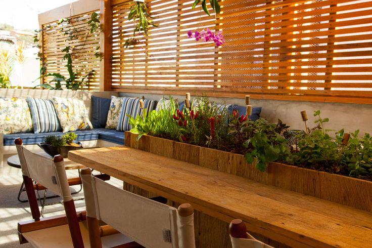 Cozinha gourmet e horta de temperos  na mesa
