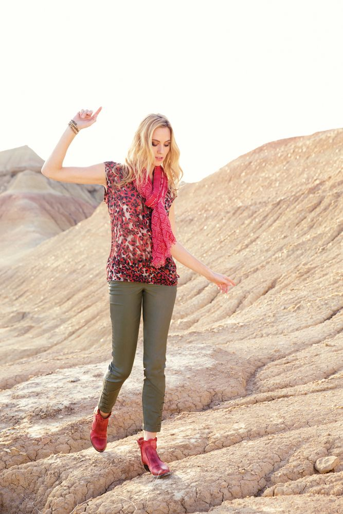 L'impeccable chemise GRIGRI sans manches dans un imprimé léopard ou l'art du casual chic. L'incontournable pantalon biker GRIOTTE revisité de laçages rock et féminin, et travaillé dans un waxé kaki.Coupe slim 7/8 ème. Tissu stretch enduit très galbant. Double ceinture.  Chèche GAIBERG#mode#chemise#imprimé#léopard#rouge#pantalon#enduit#kaki#biker#rock#chèche#elora#