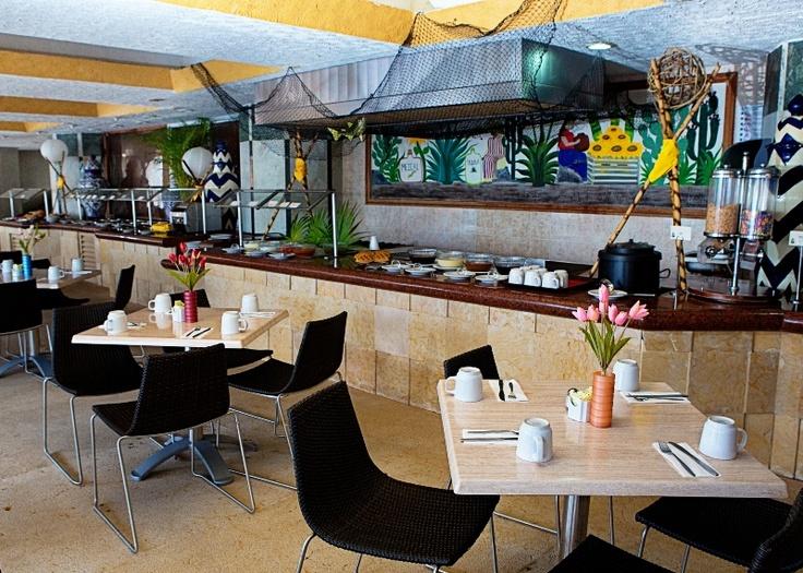 ** Restaurante Tabachines **  Ubicado en el área de la alberca, con servicio de buffet y a la carta.    Abierto en temporada alta de 07:00 a 23:00 hrs, con servicio de desayuno, comida y cena buffet.    Abierto en temporada baja de 07:00 a 16:00 hrs., con servicio a la carta.