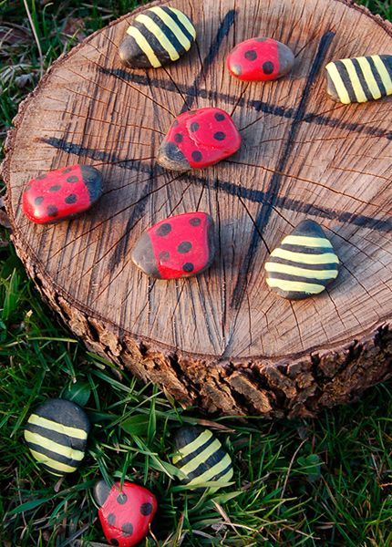 Animalitos de piedra. Entre las piedras comunes, troncos de madera y bancos de jardín, coloca otras pequeñas pintadas como insectos: mariquitas y abejas, por ejemplo. Sutil, ¡pero muy bonito! - Foto: chickenscratchny.com