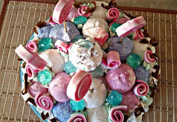 Minimum van 5 pond van traktaties die uw huid zal genieten De taart bestaat uit een 20 ouderling van Bad bommen bekleed met een rijke crème netoyante en hydraterende en ingericht met sculpturen van zeep snoep lollipop-vormige... Een beklijvende zoete aroma