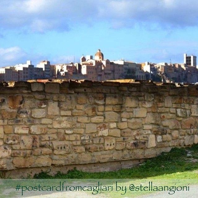 """""""La città di #Cagliari deve l'origine del suo nome al territorio roccioso, in prevalenza calcareo, in cui sorge: la radice """"kar"""" nel linguaggio dei popoli mediterranei significava pietra/roccia e il suffisso """"al/ar"""" dava valore collettivo. Si sarebbe formato così Karali, che significherebbe luogo di comunità sulla roccia o semplicemente località rocciosa"""". #postcardfromcagliari by @stellaangioni"""
