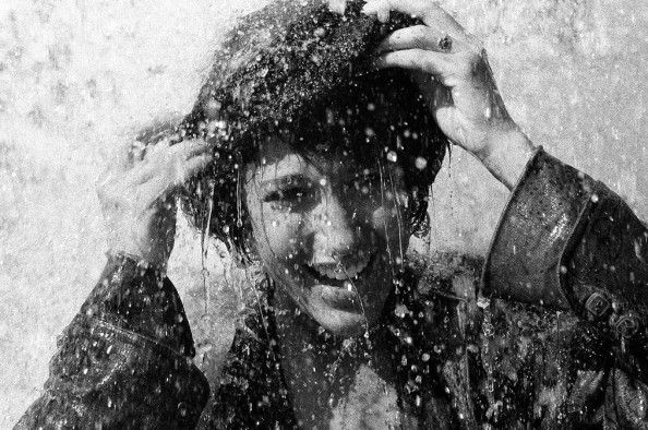 La sœur de Zaz profite d'une averse pour se fait un shampoing - http://boulevard69.com/la-soeur-de-zaz-profite-dune-averse-pour-se-fait-un-shampoing/?Boulevard69