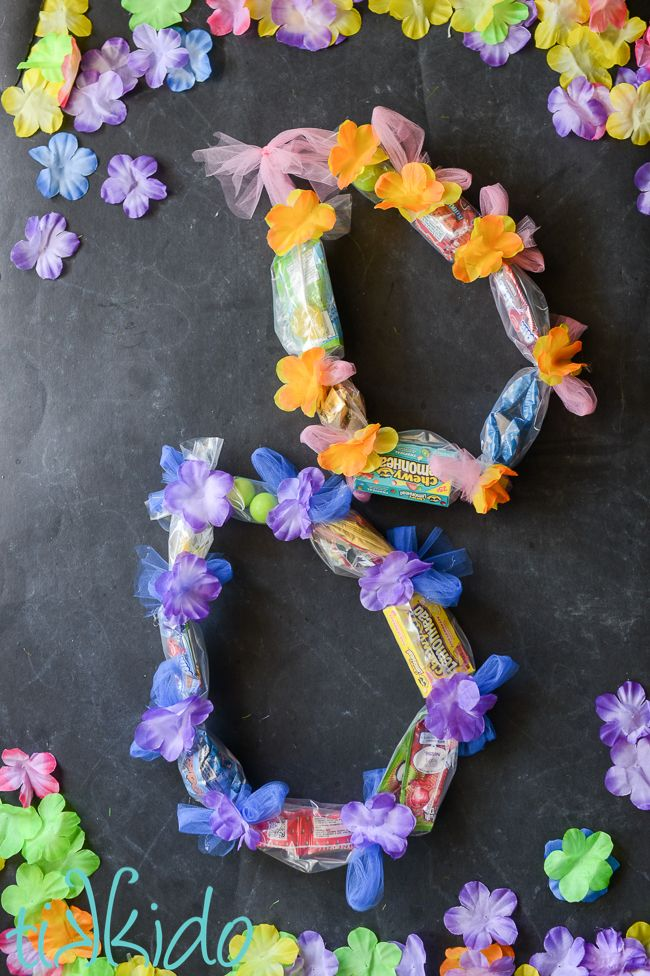 Looking for end of the year Teacher gifts, or favors for a luau party? Make these candy leis inspired by traditional Hawaiian flower leis.