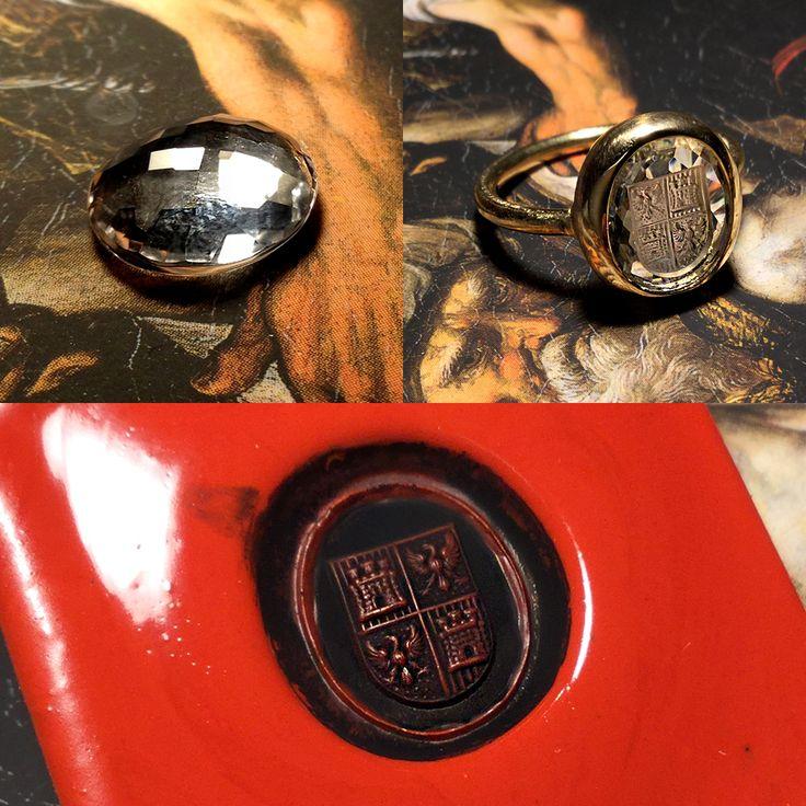 Anello chevaliere inciso a mano con antica tecnica artigiana. La pietra è Cristallo di Rocca