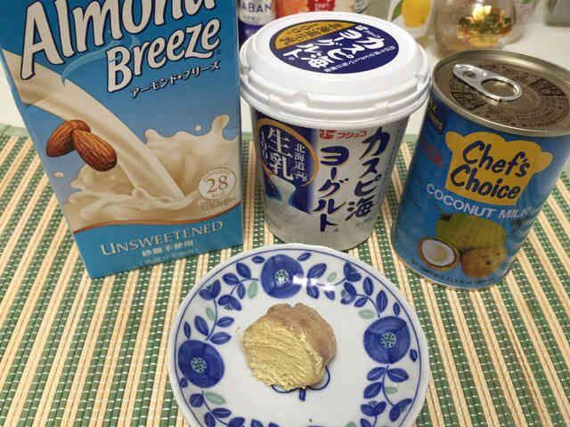 ココナッツミルクヨーグルト    話題のココナッツミルクヨーグルトを飲みやすくアレンジしました。 ニコたむ   材料 (1人分) ココナッツミルク 100cc ヨーグルト100g アーモンドミルク 100cc おろし生姜 5g 作り方 1  分量の材料を混ぜたらシャカシャカするだけです。 コツ・ポイント 朝食と置き換えて飲んでます。 毎日ツルリのお通じにびっくりです。 甘麹を入れるのも効果あるみたいです。 レシピの生い立ち 肌のシミやシワに効果あると話題になってますがヨーグルト200gは私には重たいので100ccをアーモンドミルクにかえてみました。生姜もヨーグルトと合わせると美肌効果あるらしいですよ。飲んで3周間、コスメカウンターチェックでキメ☆5に!効果◯? レシピID:4110226