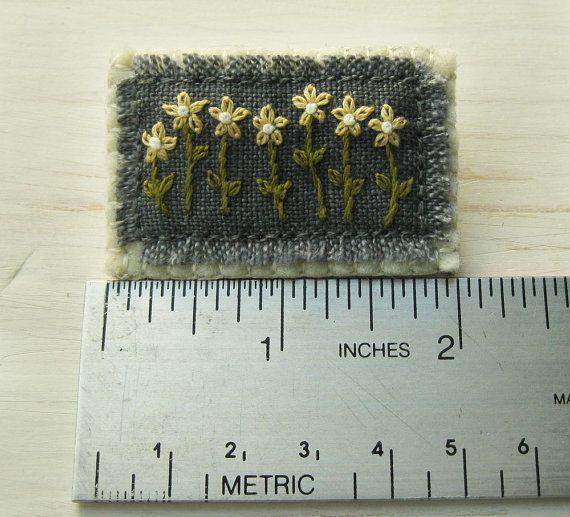 Mano di margherite gialle ricamato Spilla floreale di Sidereal