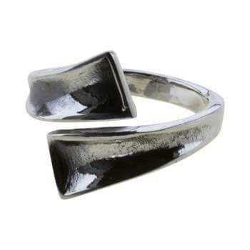 Ålborg-ringen. Sølv.: 220 kr. er i str. 54, 56, 58, 60. Originalen er fundet ved Ålborg. Overvejende var ringene forsynet med mønstre eller ornamenter. Det vides ikke, om denne rings klare, rene linie har været planlagt eller om ringen bare aldrig er blevet færdig. Smedens værk er i hvert tilfælde blevet tidsløs.