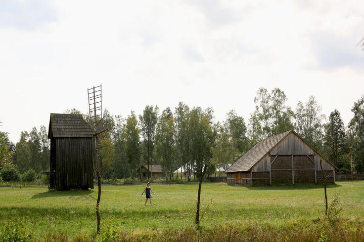 """""""Lasowiaczek"""". Tak nazywała się gospoda, w której Ojciec-Merecz bywał jako dzieciątko, przyjeżdżając na wakacje do babci, mieszkającej w znajdującym się nieopodal Głogowie Małopolskim (12 km na pn.-wsch. od Rzeszowa). Nazwa ta kojarzyła mu się z lasem po prostu, co miało sens, jako że w lesie nad głogowskimi stawami ów przybytek stał i gościł. I...  Read more »"""