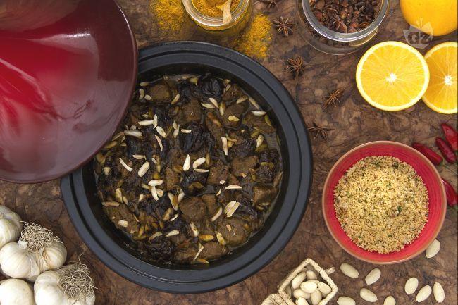 La tajine di agnello con prugne e mandorle e couscous aromatico è un piatto tipico marocchino, cotto nel particolare tegame, dal gusto speziato.