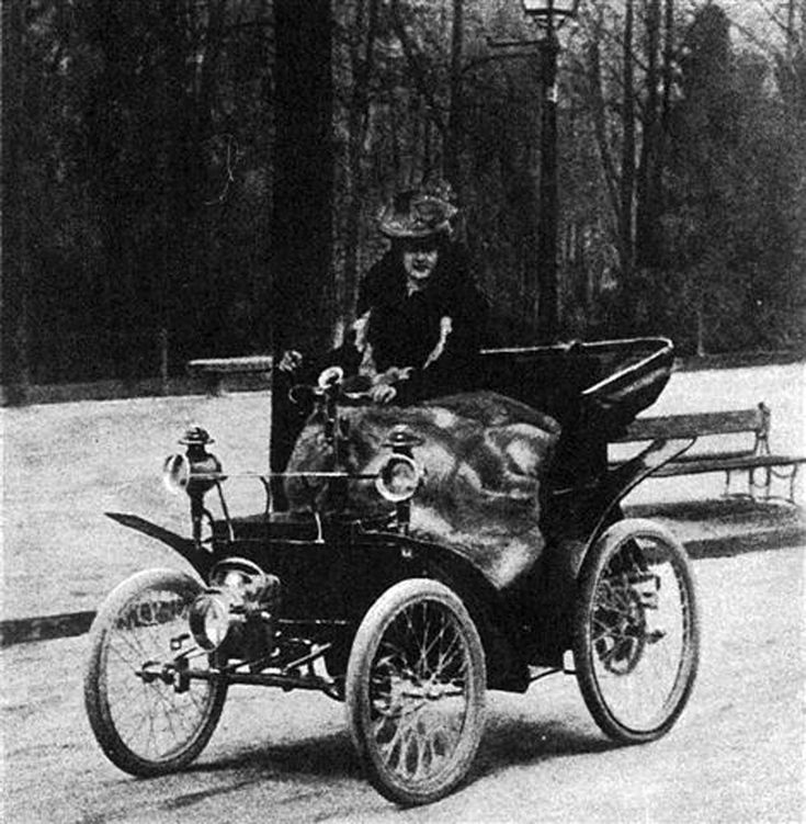 Torino : woman driving in the Parco del Valentino, circa 1902