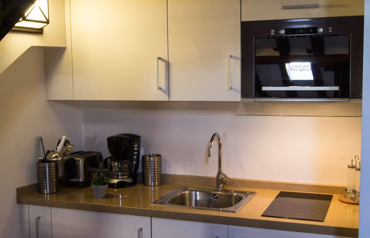 La zona de cocina esta completamente equipada con: 1. Cocina de inducción 2. Microondas con Grill y extracción de humos incorporada 3. Agua fría y caliente 4. Nevera empotrada en la encimera 5. Vajilla completa 6. Todos los enseres para cautivar a tu pareja con la comida