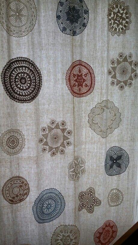 Cortina com aplicações de croché