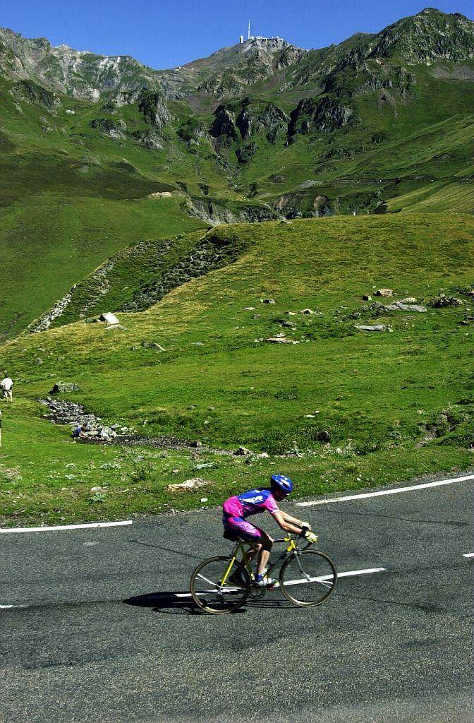 Les cols des Pyrénées en vélo - Par CRT Midi-Pyrénées / Dominique VIET #TourismeMidiPy #MidiPyrenees #France #vtt #velo #picdumidi #tourmalet #Pyrenees