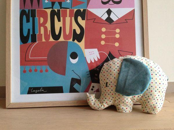 http://www.etsy.com/listing/61380990/baby-toy-tutorial-elephant-sewing    dans les oreilles des petits papiers de bonbons qui crissent (cousus sur un tissu de base inséré entre le velours et le minky) et un grelot dans le corps de l'éléphant, ça fait scritch-scritch et geling-geling !
