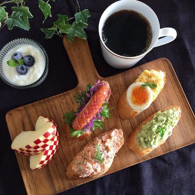 Good morning☀️ . Today's breakfast Four kinds of open sandwiches ・ Scrambled eggs & boiled egg ・ Sausage & fresh vegetables ・ Avocado dip ・ Salmon dip . おはようございます . 今朝は4種類のオープンサンドで 朝ごはんです ・スクランブルエッグ&ゆで卵 ・ソーセージ ・アボカドディップ ・スモークサーモンディップ . 今日で11月も終わりですね . あと1ヶ月で今年も終わりかと思うと、焦るよりため息が...ハァ〜 . 皆様変わらず良い一日を . では行ってきま〜す . #朝食 #朝ごはん #ワンプレート  #うちカフェ #カフェ風 #おうちご飯 #KURASHIRU #KAUMO #キナリノ #エルアターブル #オープンサンド #オープンサンド研究部 #breakfast #food #eat #coffe #oneplate #cafestyle #homemada #foodpic #foodphoto