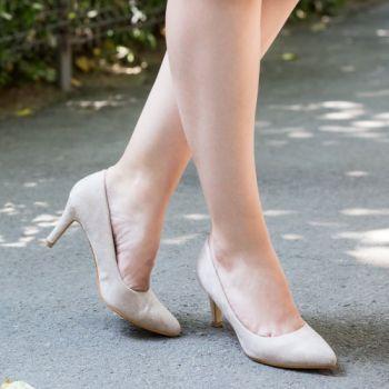 Pantofi stiletto bej. Exteriorul este realizat din catifea. Dimensiunea tocului este de 9 cm