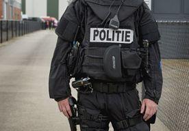 23-Nov-2014 11:25 - VERWARDE MAN IN BEEN GESCHOTEN DOOR POLITIE. Een arrestatieteam van de politie heeft in de nacht van zaterdag op zondag een verwarde man in zijn been geschoten. Dat gebeurde in een appartement aan de Stationsstraat in Groningen. De man dreigde zichzelf iets aan te doen en was mogelijk suïcidaal, meldt een woordvoerder van de politie…...