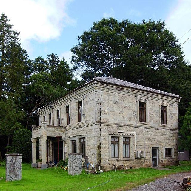 【nardo_bis】さんのInstagramをピンしています。 《大谷石の西洋館(栃木県芳賀町)  A house made of Oya Stone https://en.m.wikipedia.org/wiki/Ōya_Stone  #architecture #oyastone #1932 #haga #tochigi #japan #bluesky #green #tree  #大谷石の家 #大谷石 #栃木県 #芳賀町 #近代建築 #1932年 #西洋館 #洋館 #青空 #そら #森 #庭  おはようございます。そろそろ疲れてくる水曜の朝。西には台風もいて、すっきりしない曇り空の関東地方です。  自分のタイムラインを眺めていて、色彩的に「緑」が決定的に少ないことに気づきました。だからというわけではないですが今朝はこれ。栃木県芳賀町という田舎町にある大谷石の西洋館です。東日本大震災のあと、なんとなくこのあたりの状況を確かめたくて巡った2011年の撮影でした。》