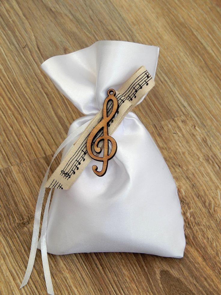 Μπομπονιέρα Βάπτισης - Πουγκάκι σατέν με ξύλινο διακοσμητικό κλειδί του σολ   Για περισσότερα σχέδια και τιμές μπείτε στο bonbonierahandmade.com