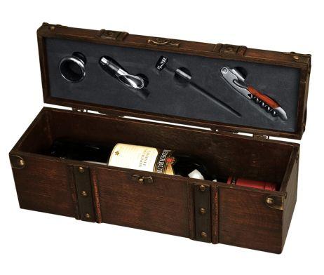 Luxusná drevená krabica pre víno s dekoráciou. Krabica je vyrobená z kvalitného dreva a je vhodná ako darček alebo dekorácia pre Vašich príbuzných. Krabica obsahuje dekoračné prvky, vďaka ktorým je originálna a jedinečná. Krabica obsahuje všetko, čo budete potrebovať. Z obyčajnej drevenej krabice sa stane pekný, jedinečný darček. Luxusná drevená krabica pre víno s doplnkami je vhodná ako darček pre Vašich priateľov alebo známych. Krabica je v hnedej farbe.