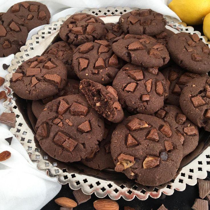 Hayırlı akşamlar arkadaşlar😊bu gün yine çok güzel bi kurabiye tarifi veriyorum 👌👌tadı muhteşem ısrarla denemenizi öneririm😍😍 Tarifimiz 1 paket margarin ve ya tereyağı ben karışık kullandım Yarım sb sıvıyağ 1 sb pudra şekeri 3 yk kakao İki limon kabuğu tendeki 1 çb damla çikolata 1 çb ince çekilmiş badem  ve ya vb İki dolu yk kuru üzüm ikiye üçe dogranmış Yarım pk kabartma tozu 2 yk nişasta 3  3 buçuk su sb arası un 2 yk sirke Üzeri için evde bulunan bi çikolata küçük parçalara bölünmüş…
