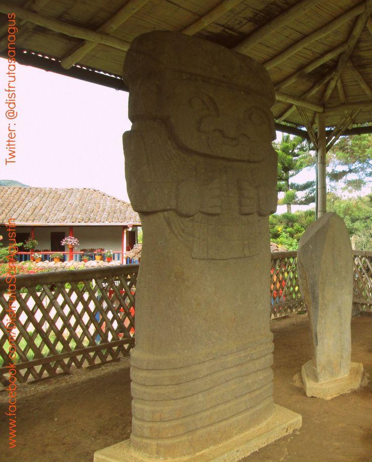 La Diosa Lunar es una estatua de más de 2 mtrs, se identifica como una figura femenina con abundantes adornos: tocado, túnica, nariguera y un pectoral simétrico que toma con fuerza en sus manos. Se encuentra ubicada en el sitio el Tablón a 2 kms del casco urbano.