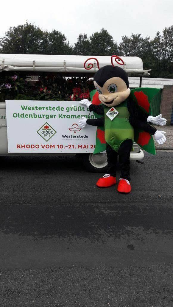 """Die Stadt Westerstede hat sich am Umzug zum Kramermarkt beteiligt. Das Schild für den tollen Wagen kommt aus unserem Hause. Ein Digitaldruck auf einer 5 mm Kunststoffplatte. """"Westerstede grüßt den Kramermarkt"""""""