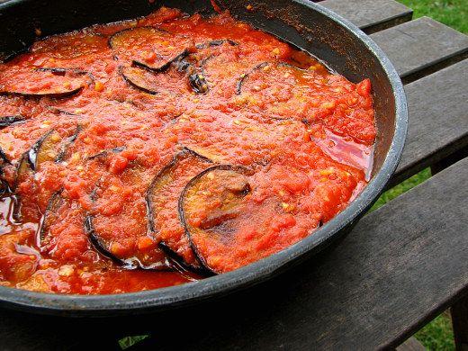 Berenjenas a la griega, con ajo en el tomate frito en lugar de cebolla y pimiento.