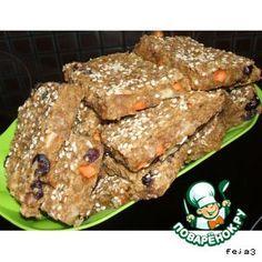 """Вегетарианские квадраты без сахара"""": Каша (овсянка быстрого приготовления) — 1,5 стак. Яблоко (2 больших) — 450 г Мука пшеничная (в оригинале ржаная) — 2 ст. л. Орехи грецкие — 50 г Морковь — 50 г Клюква (вяленая) — 30 г Финик (без косточки) — 30 г Корица ( молотая) — 0.5 ч. л. Сок яблочный (я брала морковный) — 50 мл Кунжут ( для посыпки) — 2 ст. л."""