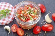 Soms zijn de meest simpele dingen het lekkerst, zoals bijvoorbeeld deze supersnelle tomatensalsa. Serveer bij stokbrood, als dip voor nacho's of op geroosterde bruschetta's. Snijd de tomaten in zo klein mogelijke blokjes. Breng op smaak met peper en zout. Snipper de ui en pers de knoflook, en meng met de tomaten. Hak ook de peterselie […]