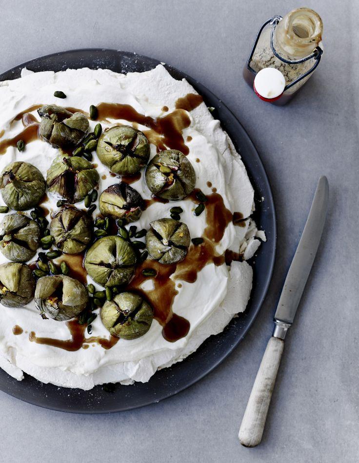 Pavlova er en sanseligt sød og let dessert, som altid hitter ovenpå en tungere menu. Her får du en version med fristende figner, der giver dig både sødt, blødt og sprødt.