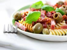 pastasalade met gebakken spekreepjes