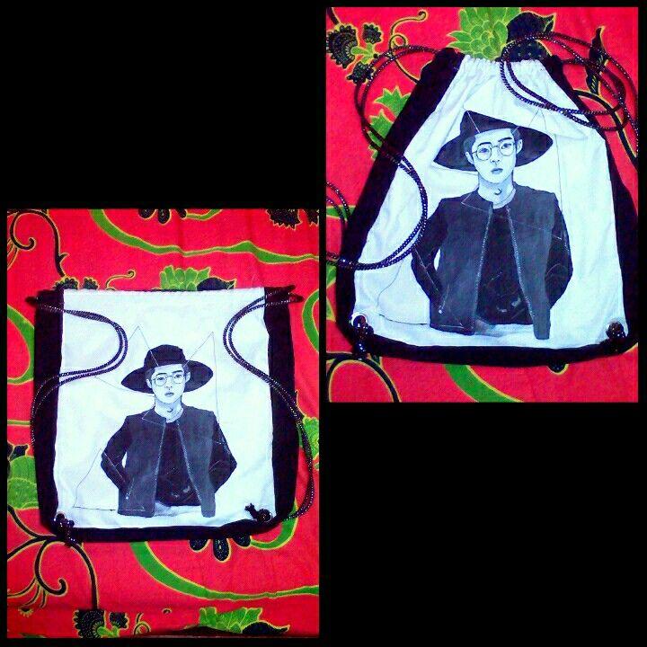 New painting drawbag... Tas gendong  Kain tas: drill Warna tas: putih-hitam (bolak-balik) Cat: acrylics Gambar: boy  #painting #art #drawbag #handmade #acrylics #bag #earth #gogreen #green #girl #paintingdrawbag #drawbagcustom #bycustom #newcollection #surfergirl #indonesiacreative #ig_indonesiacreative #instacreative #instagood #blackwhite #monocrome #hitamputih